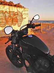 Atardecer (carlesbaeza) Tags: atardecer capvespre sunset platja playa beach motobiker moto motorcycle motorrad travel custom yamaha bolt grafiti