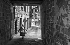 Between shadow and light (ElGrillo89) Tags: pentax pentaxk3 k3 pentaxhdda35mmf28macrolimited 35mm pentaxart street streetphotography strada tunnel galleria city città toscana tuscany biancoenero bianconero blackwhite blackandwhite bw bn peopleinthestreet santafiora