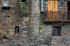 Living in old houses: Alt Urgell, Catalunya (lutzmeyer) Tags: pictures old summer history rural spain photos sommer balcony balkon august images catalonia 300mm espana agosto fotos tele catalunya balcon historia agost antic oldhouses bilder pyrenees spanien historie estiu pirineos pirineus geschichte pyrenäen northspain imatges espanya alturgell katalonien bedeckt balco northofspain prepirineus historiccentre nordspanien prepyrenees prepirineos historischeszentrum canoneos5dmarkiii lutzmeyer lutzlutzmeyercom montferrericastellbomunicipi castellboalturgell