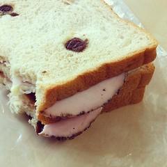 แซนวิชขนมปังลูกเกด+แฮมกระเทียม+ชีส