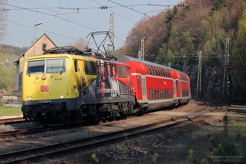 DB BR 111 024-6 (ADAC-Beklebung) mit Dosto's | [DE] Solnhofen | 13.04.2014