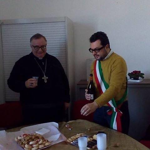 Il vescovo Emidio Cipollone in visita al Comune di Tollo.