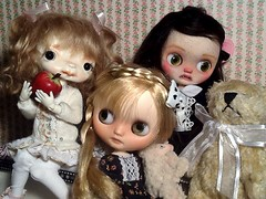 Toy-in-the-Frame Thursday & Blythe-a-Day#20. Apples or Gravity: Becky, Nerissa&Cilla