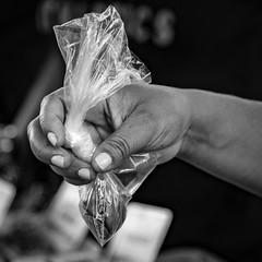 As mãos invisíveis do mercado (Ars Clicandi) Tags: sãopaulo brasil brazil sao são paulo saopaulo feira fair mercado market maos mãos invisíveis invisiveis invisible hands bp pb branco preto bw black white br