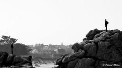 On the rocks - Lampaul Ploudalmézeau (patrick_milan) Tags: noiretblanc blackandwhite noir blanc monochrome nb bw black white landscape sea mer iroise water plouguin saint pabu brittany bretagne saintpabu ploudalmezeau porsall finistère saariysqualitypictures people silhouette rocks rochers
