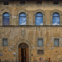 The BIG ( L ) (jo.misere) Tags: italie italien italy toscane toscany wall muur l 1 reflections reflectie clouds wolken ngc