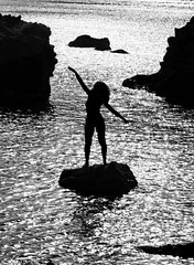 [ Energia nel vento - Windy energy ] DSC_1000.2.jinkoll (jinkoll) Tags: bnw bw blackandwhite silhouette sea mare reef rocks girl woman curly shadow summer capovaticano calabria waves water