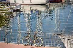 LA BICI /  A BICYCLE (nrfer) Tags: bicicleta mar barcos navíos nikon d7200 color las palmas muelle atracar reflejos