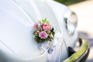 Auto mit Brautstrauß