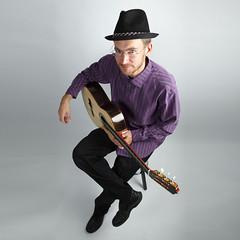 jmsantos (jmsantosluthier) Tags: violao violaoclassico acoustic guitar classico nylon jacaranda braço neck chapéu moda pessoa camisa roxo roxa calça sapato