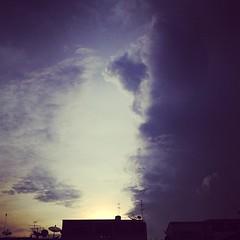 #ท้องฟ้าบ้านคุณสีอะไรกันบ้าง #sky #skythailand • กลับมาตั้งนาฬิกาปลุกเป็น 05:25 เหมือนเดิม ถึงว่า ทำไมสองวันก่อน ออกมาจากบ้านแล้วท้องฟ้ามันสว่างพิกลๆ • ลืมตั้งกลับไปค่าเดิมนั่นเอง กากแท้
