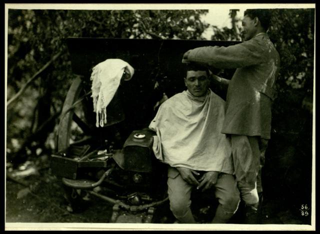 Scene di vita quotidiana al fronte, dal barbiere. Roma, Museo Centrale del Risorgimento