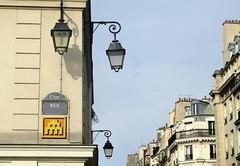 PA_1213 Space invader in Paris 1st (Sokleine) Tags: spaceinvader invader rue artderue arturbain urbanart streetart street tiles mosaics ceramics faïence paris 75001 france streetlamp candélabre chandellier réverbère iron ironwork ferronnerie lanterne jaune yellow