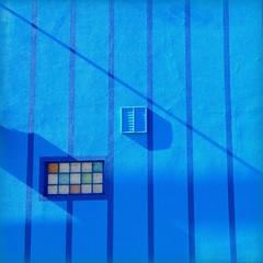 Blaue Streifen (schau_ma_da) Tags: 2014 abholen blau dustin flickr haus iphone märz minimal quadrat schaumada wand wuppertal