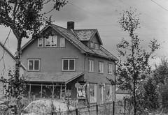 PEM-ROG-00112 Hus på Strandvegen (Perspektivet Museum) Tags: rognmosamlingen woodenhouse poster tromsø trehus perspektivetmuseum strandvegen reklameplakat hus nordnorge noreg norge norway norwegen troms norgenorway