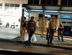 Olhares (luyunes) Tags: gente pontodeônibus espera noite motoz luciayunes