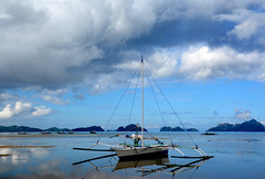 DSC_8208 bangka Philippines (ichauvel) Tags: bangka bateau boat mer sea corongcorong elnido palawan philipines asie asia asiedusudest southeastasia reflets reflections beautédelanature beautyofnature paysage landscape rochers rocks iles islands nuages clouds voyage travel getty