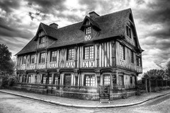 Beuvron en Auge/Normandie (Bruno MATHIOT) Tags: hdr photomarix sigma 1770 wideangle monochrome mono france french europe nb noiretblanc black blanc canon 760d house maison colombage manor manoir bw outdoor