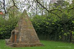 Ägypten? Nein - Thüringen! (rafischatz... www.rafischatz-photography.de) Tags: germany thuringia garden pyramide grave shrine poi pentax k3 gotha