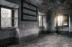 Dernières lueurs... (ElfeMarie) Tags: palais palazzo palace abandonné abandoned decay derelict forgotten fenetre window sunlight sunbath sunset soleil urbex oublié lost