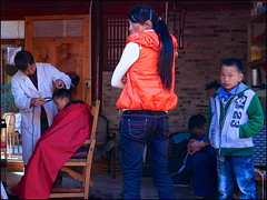La Coupe (Christian Lagat) Tags: china boy woman children femme hairdresser enfants 中国 yunnan coiffeur chine garçon shaxi 云南 沙溪 sonynex6