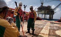 deck crew  standby to received  cargo (sedi78) Tags: ocean blue man work offshore platform rig oil tanker talisman rigger supplyboat
