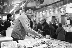 Film: At the Market (rafa.esteve) Tags: film kodak kodaktmax100 400tmx blackandwhite blackwhite streetphotography market marketplace
