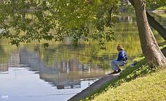 El pescador. (svet.llum) Tags: gente agua estanque paisaje verano moscú rusia ciudad reflejos pescador