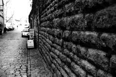 Far away (Leica M6) (stefankamert) Tags: stefankamert street far away leica m6 leicam6 rangefinder bw baw bnw blackandwhite blackwhite noir noiretblanc monochrome film grain dof blur voigtländer nokton 35mm ilford fp4 wall