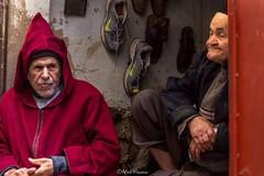 Buen ambiente laboral mejora la producción en el trabajo. (Nel Hanau) Tags: fez marruecos morocco hombres men red rojo relax work speciallight sneakers anciano oldman travelphoto travelphotography