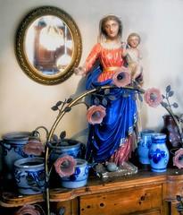 moeder en kind (roberke) Tags: beeld statue mirror spiegel spiegeling reflections reflectie antiek old indoor availablelight daglicht shop winkel