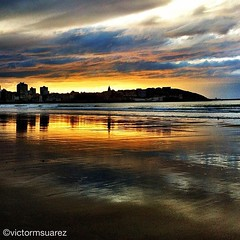 Otro #atardecer para enamorarse de #gijon... (Asturiphone) Tags: sunset sea atardecer asturias playa redsky gijon uploaded:by=flickstagram estoesasturias instagram:photo=1854744478348391108026757 instagram:venue_name=escalera11delaplayadesanlorenzo instagram:venue=13624611 victormsuarez