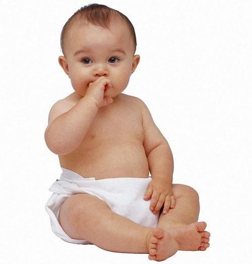 Bebê sentado com a mão na boca