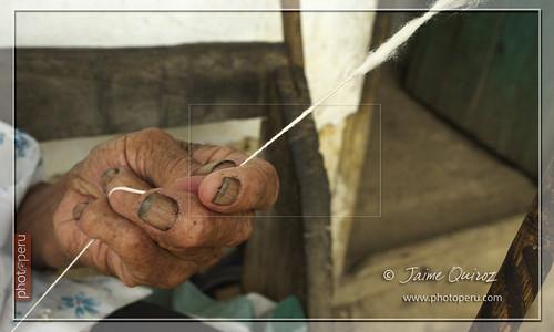 Señora tejedora en la comunidad de Cocachimba