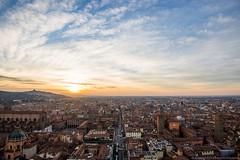 Il tramonto più bello, Bologna (angelocesta) Tags: bologna tramonto torre torri due degli asinelli blu città sole case tetti panorama urbano emilia emiliaromagna sunset skyline