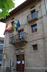 Casa de las Monjas (Cenicero, 19-7-2007) (Juanje Orío) Tags: larioja wikipedia cenicero provinciadelarioja españa spain 2007 bandera