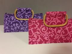Tasjes welke aan binnenkant zijn voorzien van plastic, voor bijv. bloemetjes. In paars of fuchsia.