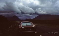 Auf in die Ungewissheit # 056 # Minox GT Diafilm - 1985 (irisisopen ☼f/8☀︎∑≦light) Tags: minox gt golf dia diafilm colorslide farbe color analog schottland scotland highland wolken regen rain auto irisisopen