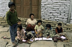 TREKKING ANNAPURNA.. (lupus alberto) Tags: nepal himalaya scuola bimbi
