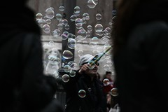 IMG_8310_cut (eugeniointernullo) Tags: roma rome people persone street streetphoto strada bubbles bolle gioco giocare playing kids bambini gioia joy
