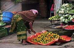 NEPAL, Auf dem Weg nach Pokhara, Menschen unterwegs, Obst und Gemüse, 16031/8294 (roba66) Tags: reisen travel explore voyages roba66 visit urlaub nepal asien asia südasien pokhara menschen people leute frau woman portrait lady portraiture markt market obst fruit