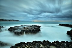 Contemplando el mar (jaume vaello) Tags: nikond7200 nikon kenko kenkond400 longexposure largaexposición elcampello bañosdelareina amanecer jaumevaello leefilters leend09 blackcard manfroto alicante playasdealicante rocas rocks nubes cloud sky