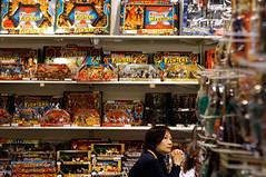 5月29日,广东省质监局公布了一批儿童产品质量抽检结果。其中,儿童玩具超过六成不合格。童装童鞋等产品的质量不合格率也有三成左右,更有一批儿童产品检出致癌物超标。图为卖场贩卖的玩具。.........玩具服饰成杀手 儿童节家长买礼物需慧眼识毒.