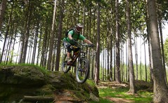 Steinchen (Hagbard_) Tags: friends berg fun jump mountainbike gap mtb wald freeride chill sprung spass leben adrenalin bergabrad dudzofsneznik