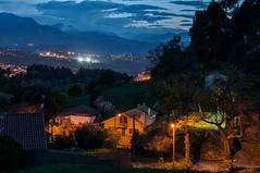 Quintana en la noche (ccc.39) Tags: asturias oviedo naranco noche nocturna lejanía luces quintana casas montes prados night