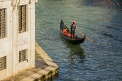 Venezia , il gondoliere ... (miriam ulivi - OFF/ON) Tags: miriamulivi nikond7200 italia venezia venice canalgrande gondola gondoliere palazzoantico ancientbuilding acqua water riflessi reflections