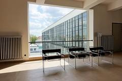 Bauhaus mit Clubsessel (Gofio) Tags: clubsessel bauhaus dessau gropius architektur unesco weltkulturerbe sachsenanhalt waltergropius hannesmeyer ludwigmiesvanderrohe