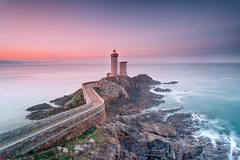 Le phare du Petit Minou - Plouzané (Bretagne) (Eric Rousset) Tags: pharedupetitminou plouzané bretagne brittany bzh lighthouse phare sunrise nisi cloudy filtrenisignd809soft100x150mm3stops longexposure filtrenisicplnclandscape clouds coastal rocks landscape paysage ocean france europe 2017 ericrousset winter canon canoneos5dmarkii canonef1740mmf4lusm photography waterscape portefiltrev5pro nisifiltersfrance