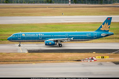 SIN.2015 # VN - A321 VN-A393 - awp (CHR / AeroWorldpictures Team) Tags: vietnam airlines airbus a321231 cn 5340 engines reg vna393 history aircraft first flight test dazaw construction site hamburg xfw germany delivered vietnamairlines vn hvn leased valc config cabin c16y168 a321 planes aircrafts airplanes spotting planespotting singapore changi airport sin wsss nikon d300s zoomlenses nikkor 70300vr raw lightroom lr5 awp 2012 2015
