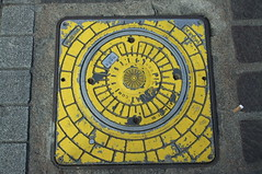 (Chris Hester) Tags: 10094 bradford ivegate pavement yellow square circle post base